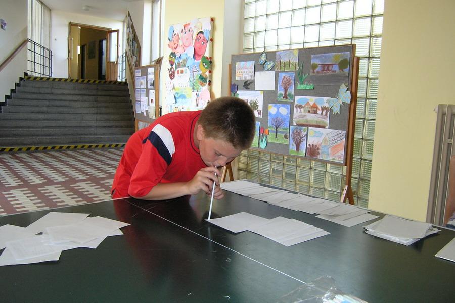 Přenášení papírů brčkem
