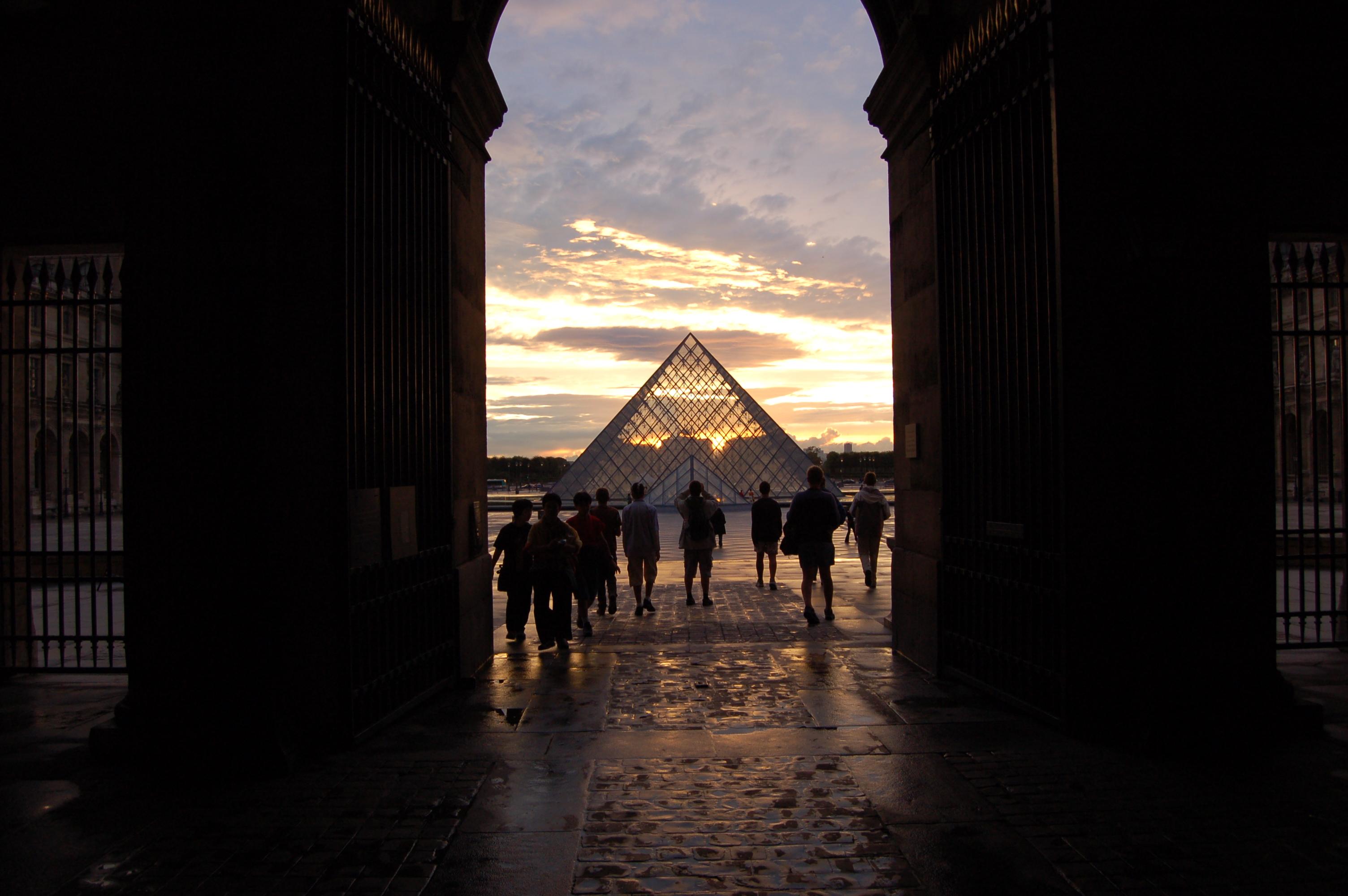pyramida v Louver.JPG