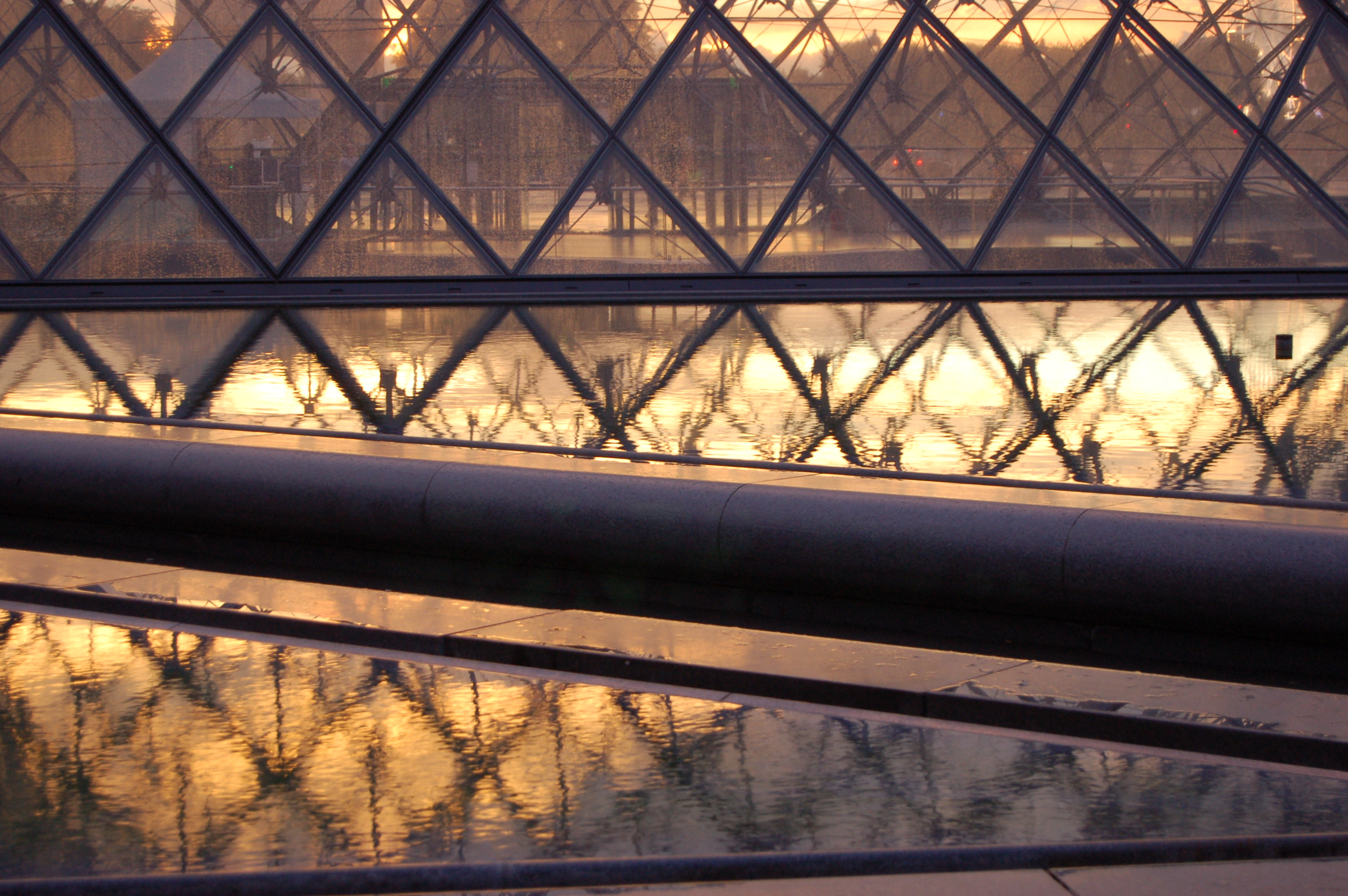 pyramida v Louver III.JPG