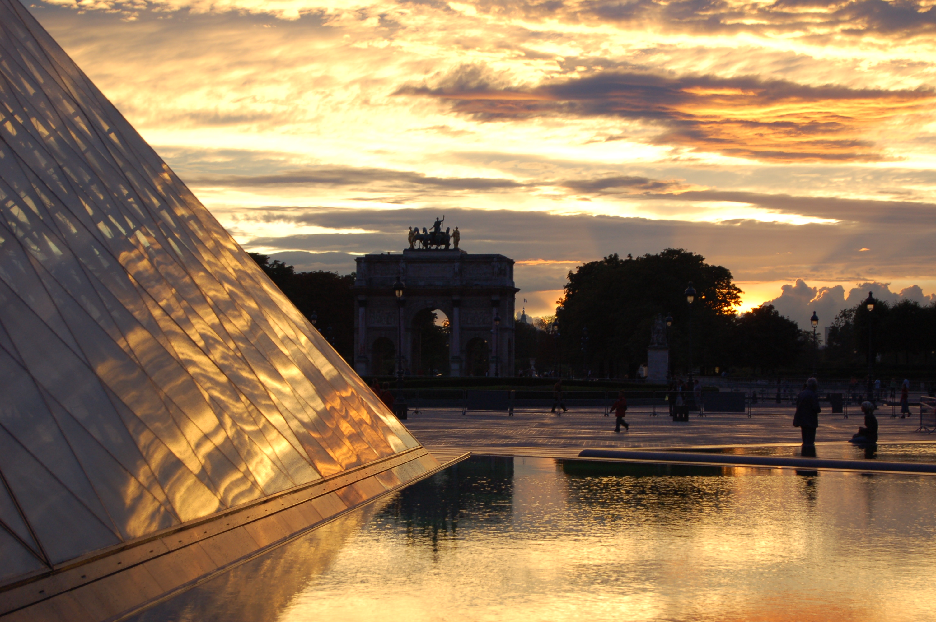 pyramida v Louver IV.JPG