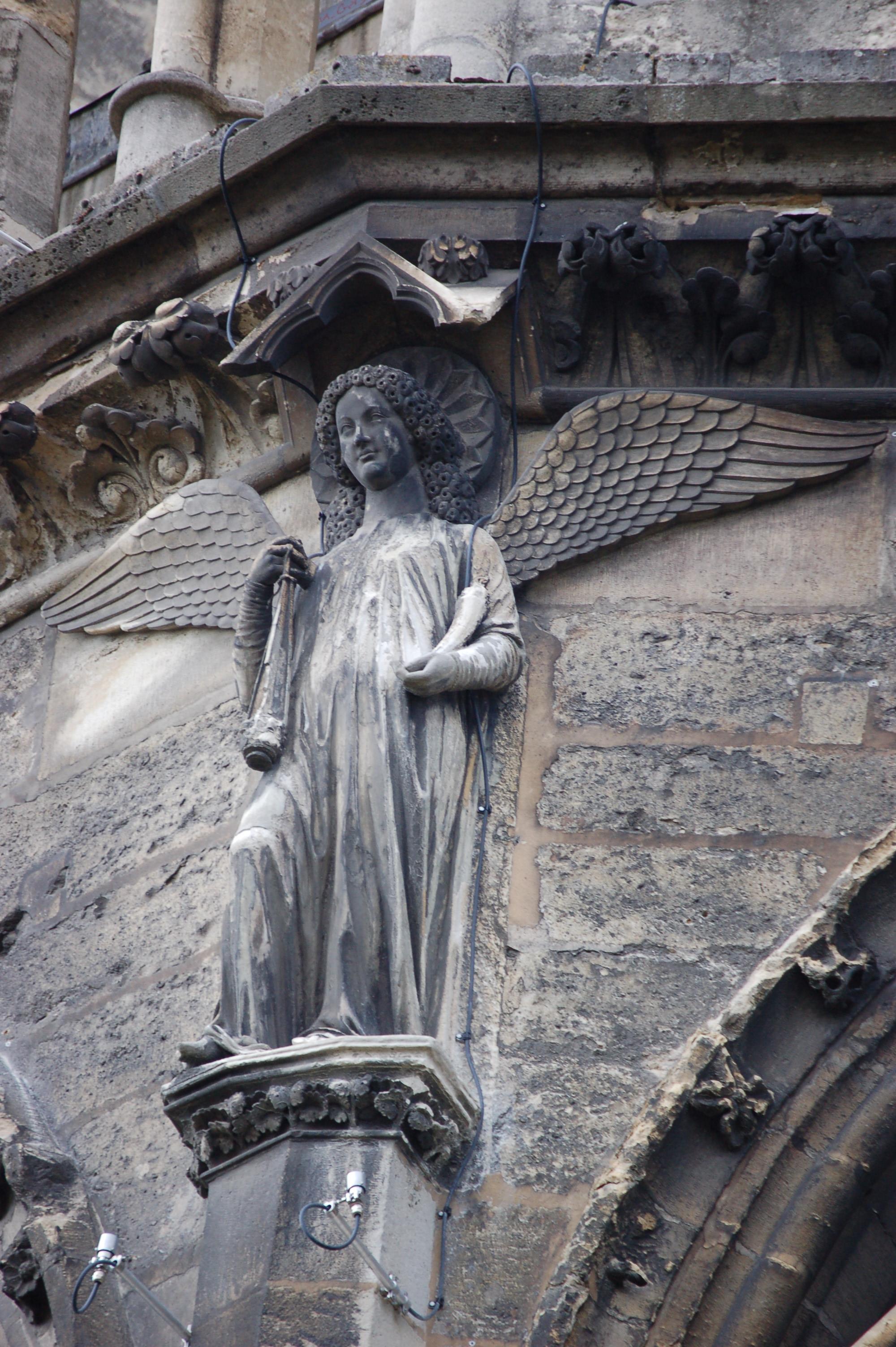 Socha anděla z katedrály v Remeši.JPG