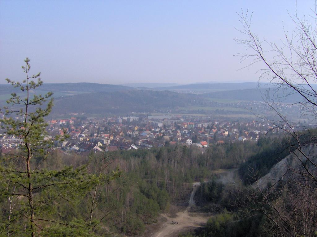 Pohled na kamenolom a město