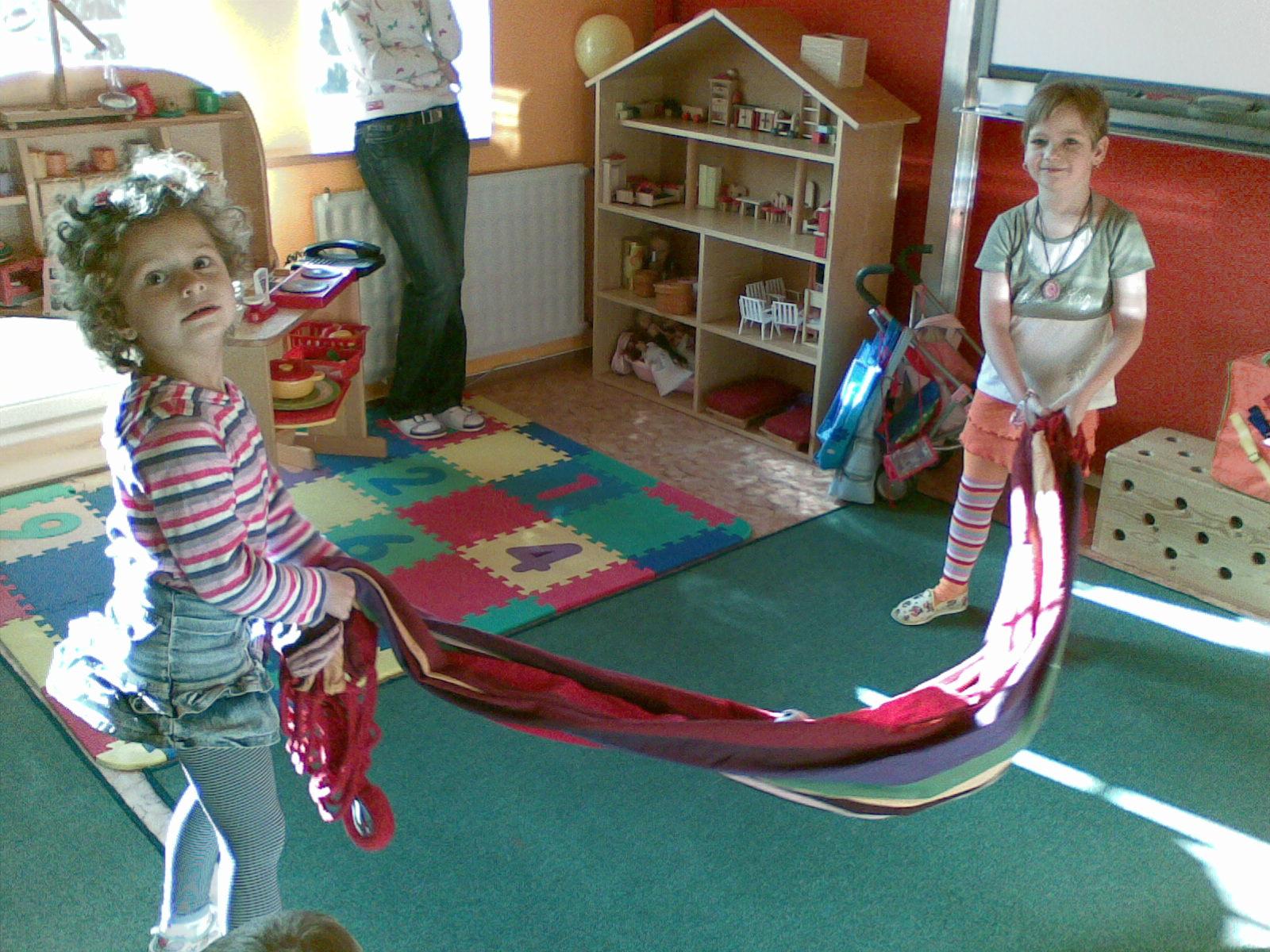 houpání plyšáků v dece