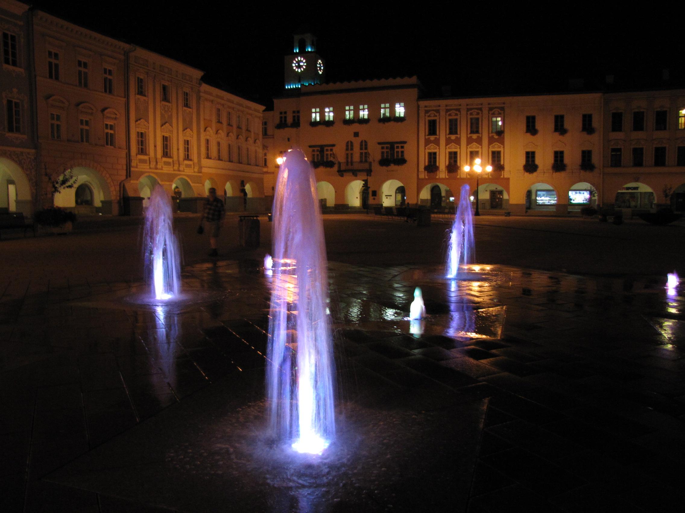 Nový Jičín náměstí v noci1