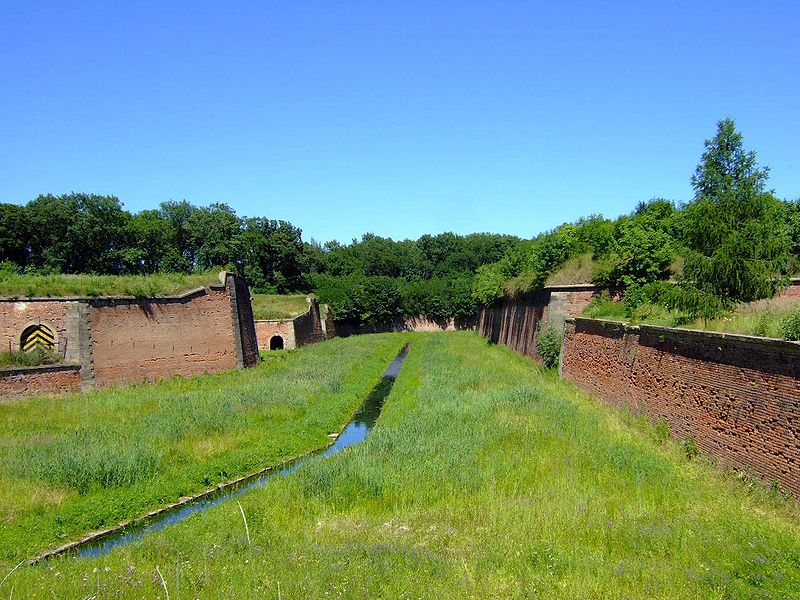800px-Terezin_CZ_main_moat_next_to_Litomerice_Gate_Ater1.jpg