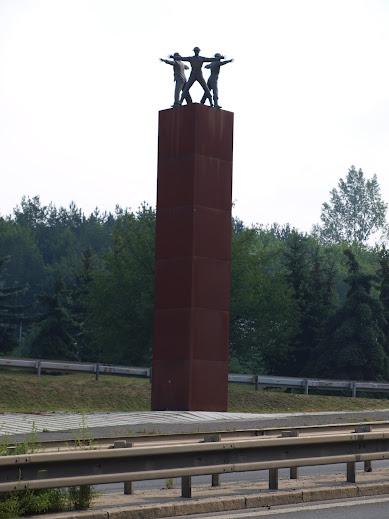 Pomník na místě Kobyliské zatáčky.