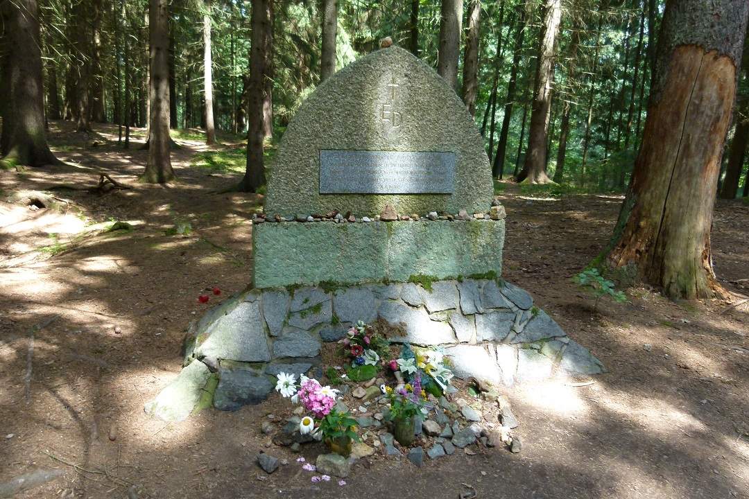 pomnik-ed-01.jpg