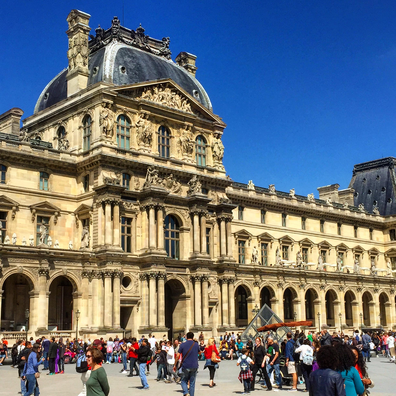 Na nádvoří Louvre