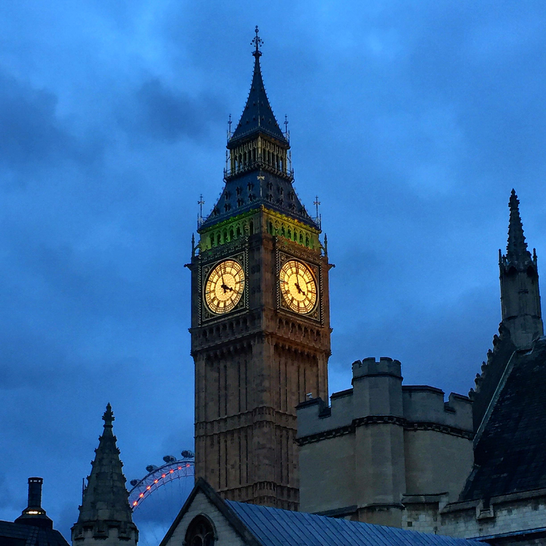 Věž Alžběty II. v podvečer