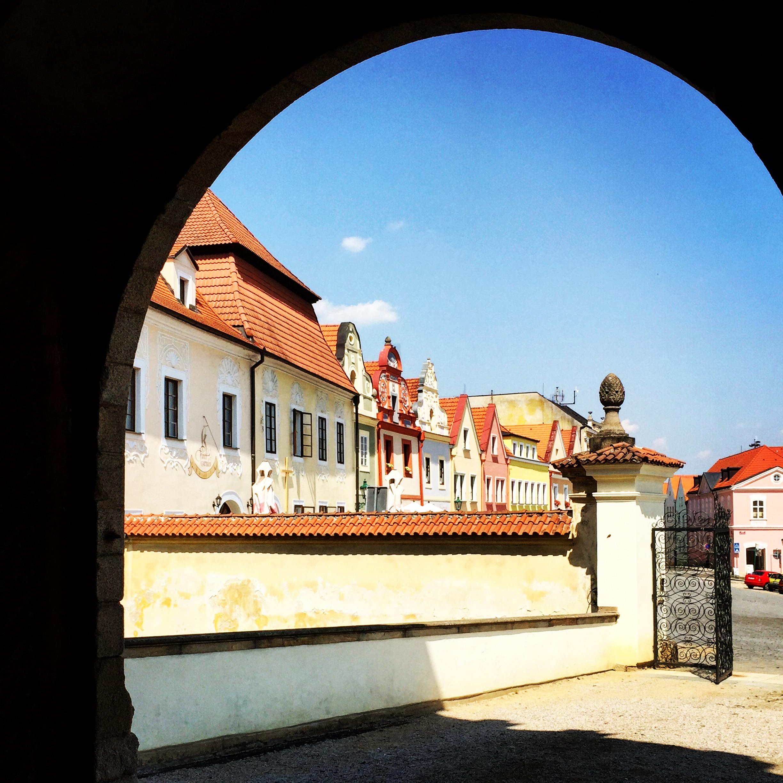 Ze zámku na náměstí