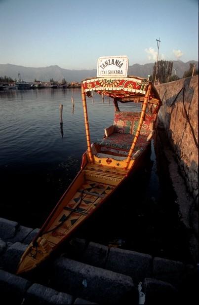 Kašmír Srinagar šikára na jezeře Dal