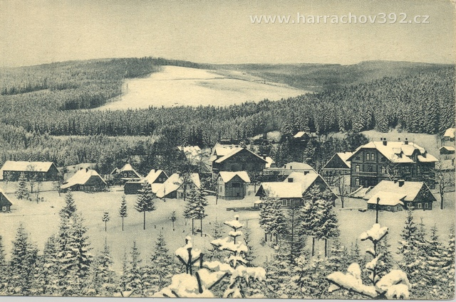 Nový svět, vpravo vila Harrach, uprostřed hotel U Krakonoše, dnes Karolína