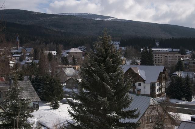 pohled na Nový svět ze Sachrova kopce 2010, vlevo komín sklárny, uprostřed škola, vpravo sídliště
