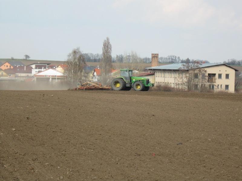 Jarní práce na poli