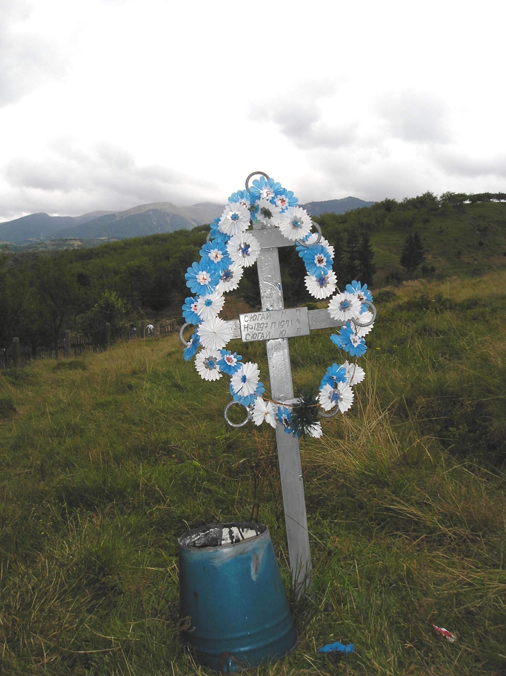 Hrob zbojníka N. Šuhaje (vědro na svíčku slouží jako ochrana před požárem).JPG