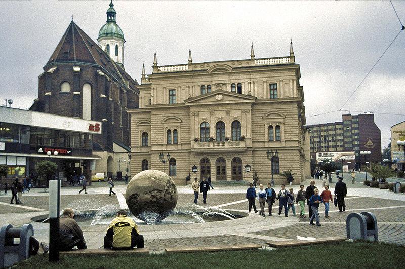 800px-Opava_Horní_náměstí_Theater_Mariä_Himmelfahrt.jpg