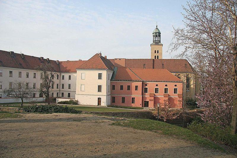 800px-Opava_-_minoritský_klášter.jpg